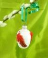 4 cm Osterei mit roten Perlhuhnfedern
