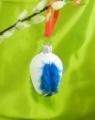 4 cm Osterei mit blauen Perlhuhnfedern